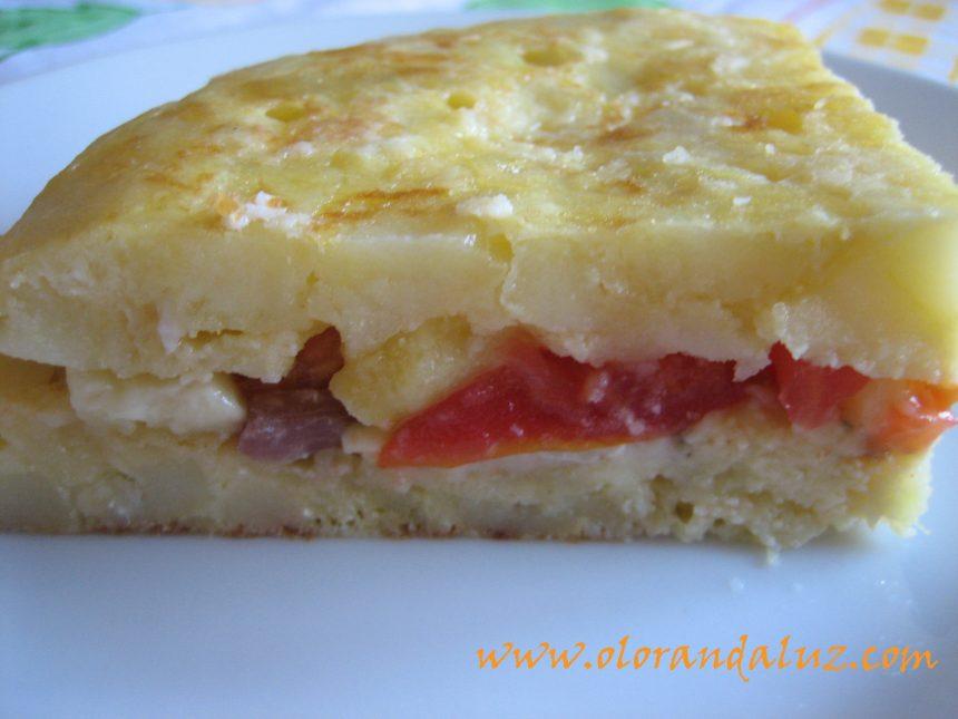 Tortilla rellena de jamón, tomate y queso azul