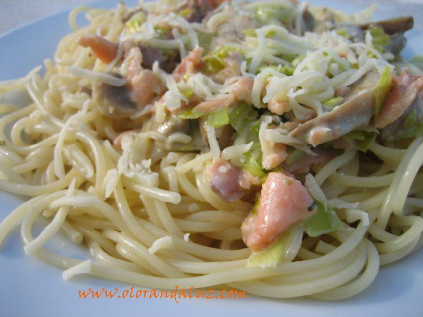 Espaguetis con nata y salmón