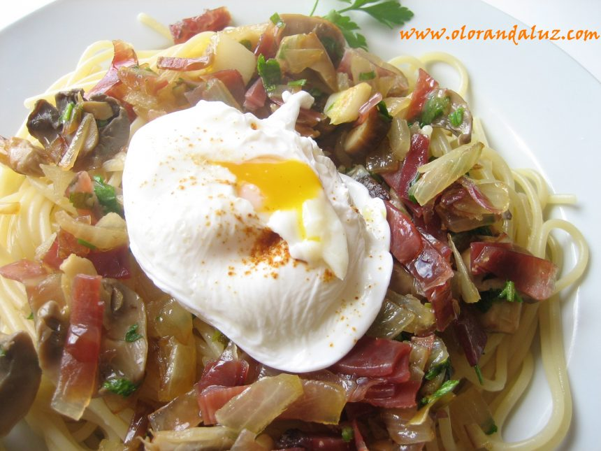 Espaguetis con jamón y champiñones