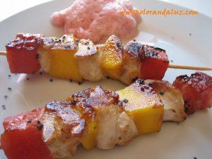 brochetas de pollo con mango y sandia
