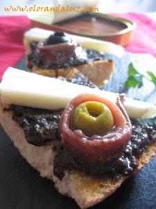 tosta-paté-aceitunas-negras-queso-anchoas