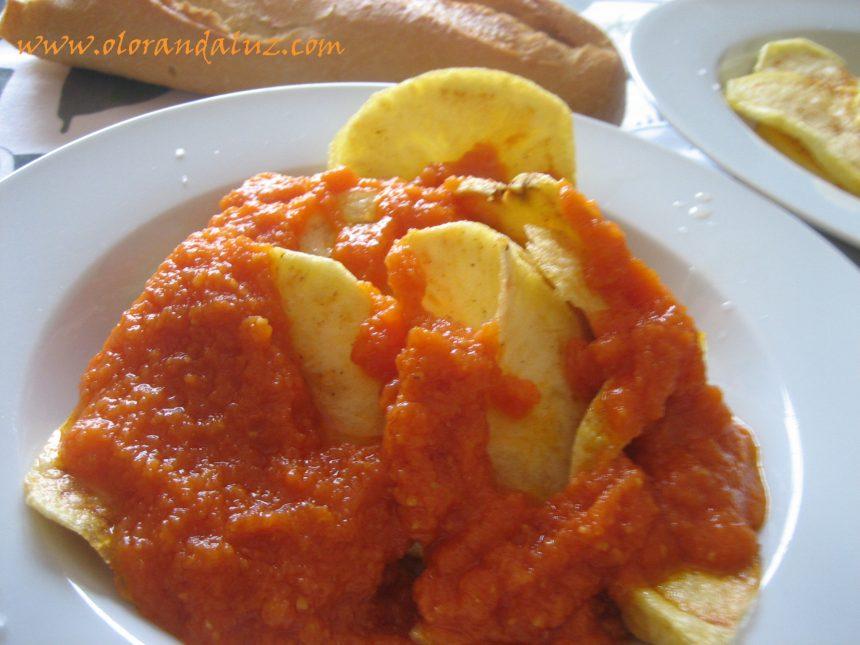 Patatas con tomate frito
