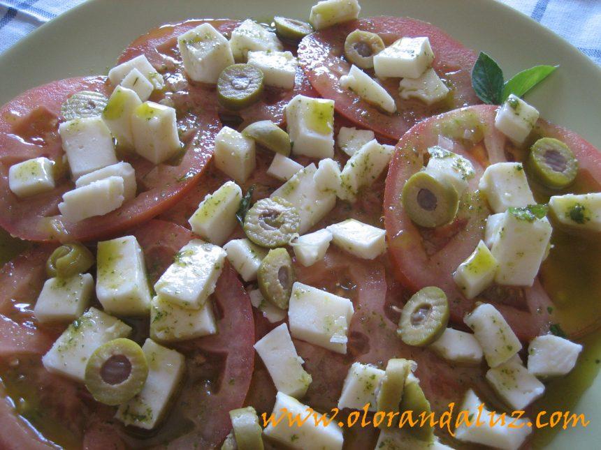 Ensalada de tomate y queso fresco con albahaca