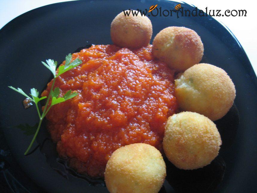 Bolitas de patata con salsa de tomate
