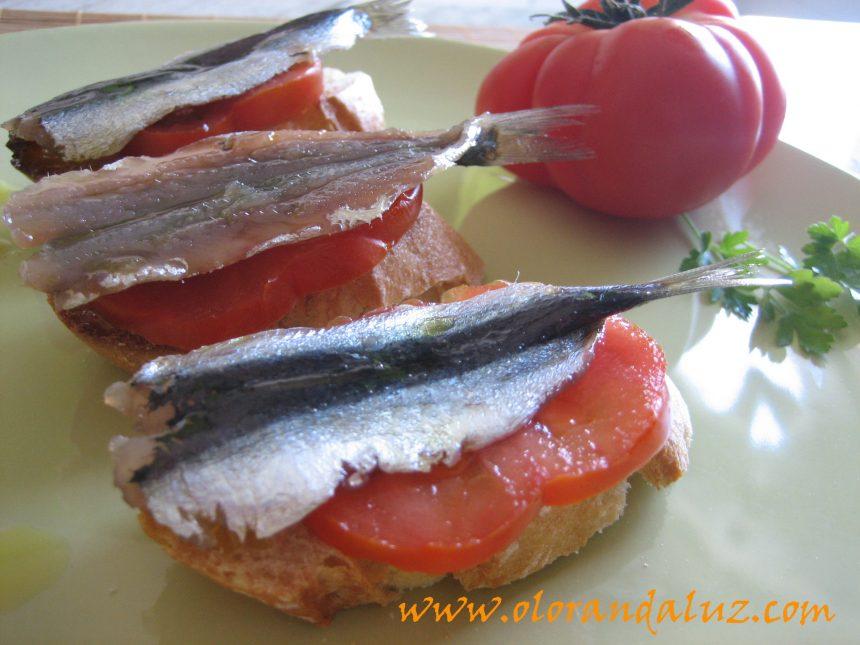 Tosta de sardinas marinadas con tomate y AOVE