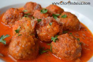albondigas-pollo-jamon-salsa-pimiento-rojo